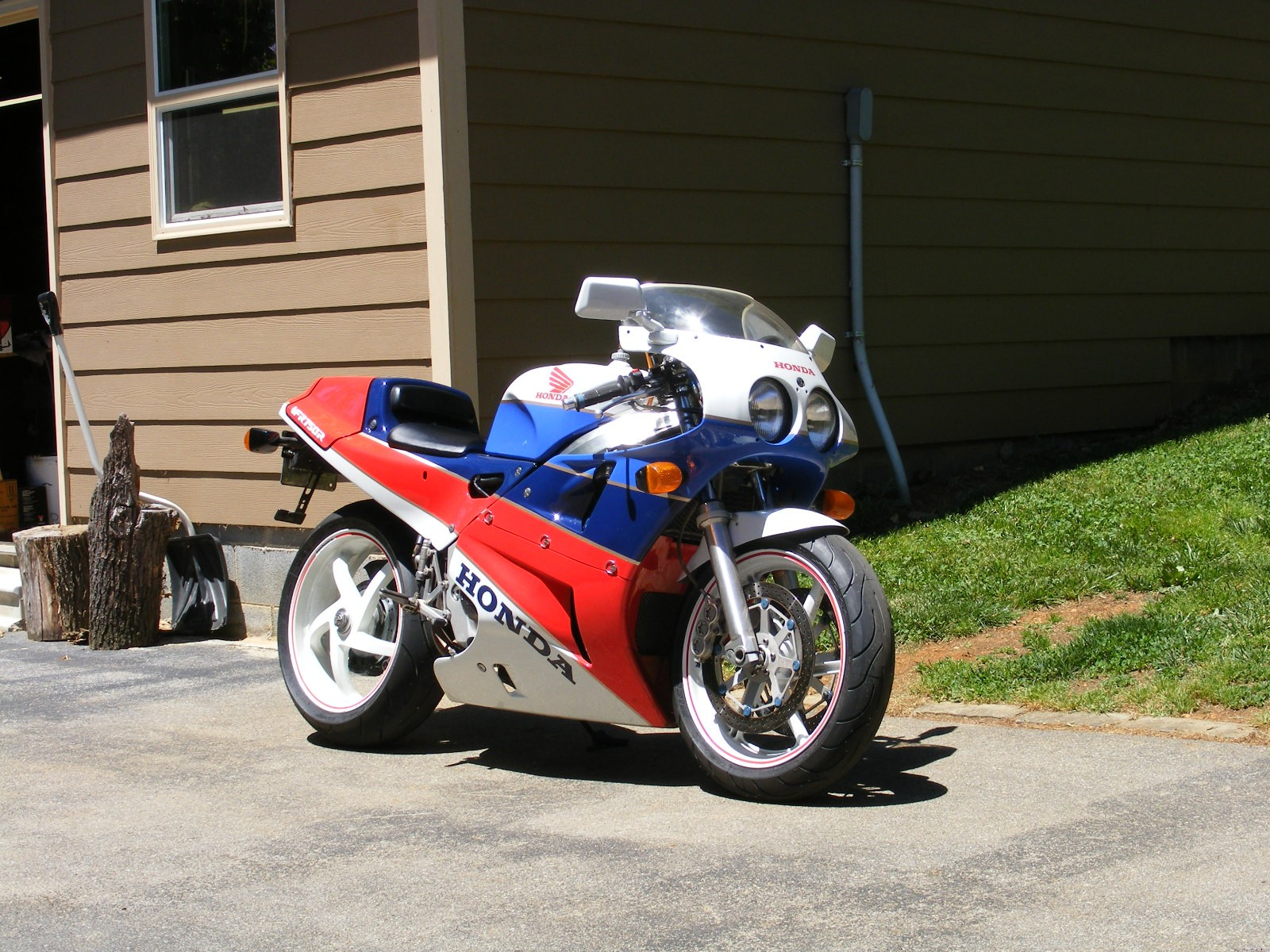 VFR750R Forward Side